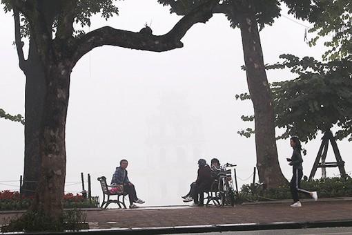 Không khí lạnh gây mưa rào và dông trên biển, Hà Nội sáng sớm có sương mù