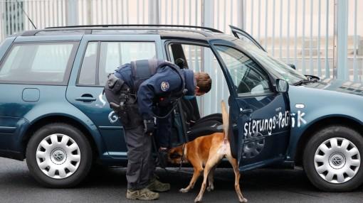Ô tô lao thẳng vào cổng trụ sở Phủ Thủ tướng Đức