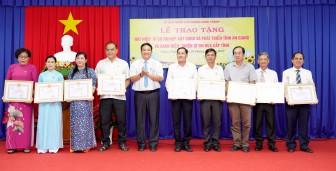 """Châu Thành trao tặng huy hiệu """"Vì sự nghiệp xây dựng và phát triển tỉnh An Giang"""" và danh hiệu """"Chiến sĩ thi đua cấp tỉnh"""""""