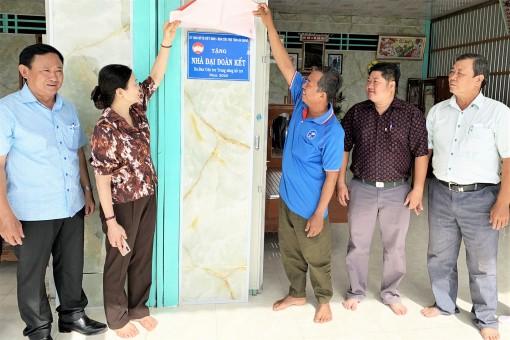 Ủy ban Trung ương MTTQVN và Cụm UBMTTQVN các tỉnh Nam sông Hậu trao 30 căn nhà Đại đoàn kết tại TX. Tân Châu, huyện An Phú, Châu Phú