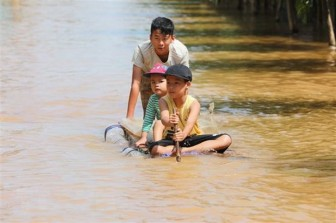 UNICEF hỗ trợ sản phẩm điều trị suy dinh dưỡng cho trẻ em miền Trung