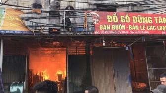 Cháy lớn thiêu rụi nhiều xưởng gỗ tại Hà Nội