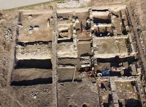 Đào ruộng bắp, phát hiện pháo đài châu báu 2.000 tuổi