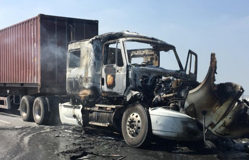 Cháy xe container trên cầu Phú Mỹ, 2 người thoát chết