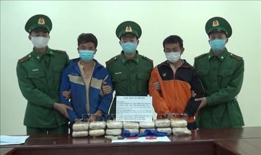 Bắt 2 người nước ngoài vận chuyển 90.000 viên ma túy tổng hợp