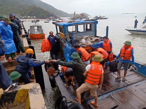 Quảng Nam: Cứu 10 thuyền viên và du khách bị chìm tàu trên biển Hội An