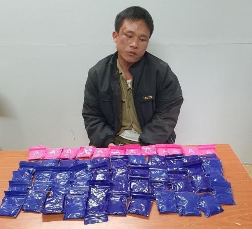Bắt giữ đối tượng vận chuyển 12.000 viên hồng phiến từ nước ngoài về Việt Nam