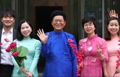 Đại sứ Hàn Quốc mặc áo dài Việt, cùng các nhân viên hát ''Khúc xuân''
