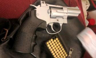 Bắt đối tượng tàng trữ ma túy và súng