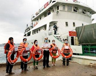 Bộ Tư lệnh Vùng 5 Hải quân thăm, chúc Tết cán bộ, chiến sĩ và nhân dân đảo Thổ Chu