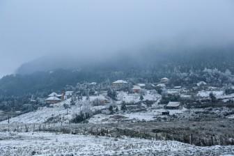 Hơn 10 nghìn lượt khách đổ lên Lào Cai ngắm băng tuyết