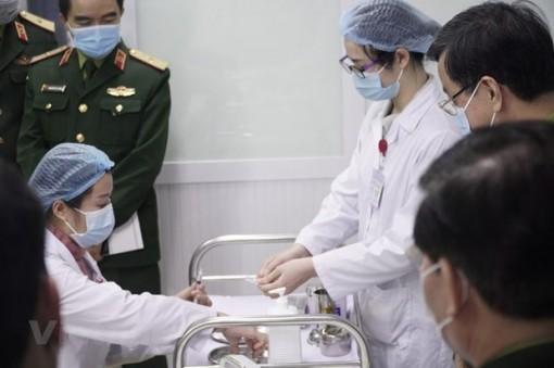 Việt Nam bắt đầu tiêm mũi 2 vắcxin COVID-19 liều 25mcg cho 3 người