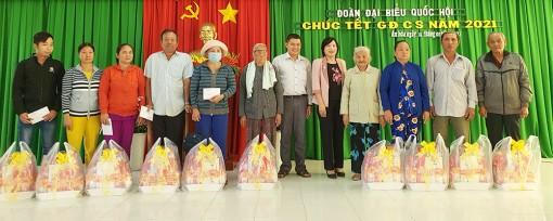 Đại biểu Quốc hội tặng quà gia đình chính sách ở Châu Thành và Châu Phú