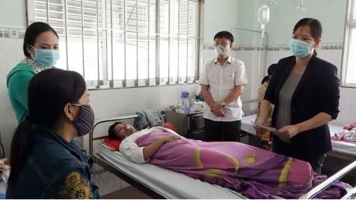 Lãnh đạo UBND huyện Châu Phú  thăm, động viên và trao quà hỗ trợ các nạn nhân bị tai nạn giao thông