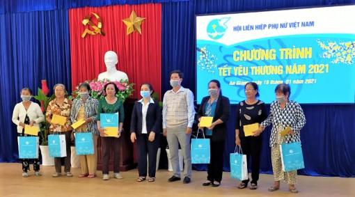 Trung ương Hội Liên hiệp Phụ nữ Việt Nam tặng quà Tết tại TP. Châu Đốc
