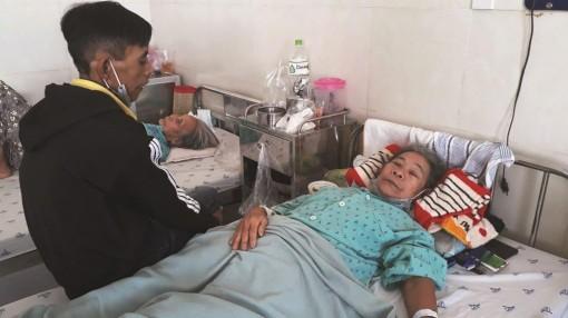 Người phụ nữ nghèo bị tai nạn giao thông cần được giúp đỡ
