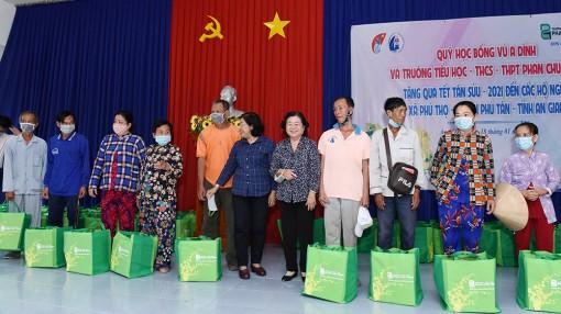 Nguyên Phó Chủ tịch nước Trương Mỹ Hoa trao quà Tết cho hộ nghèo huyện Phú Tân