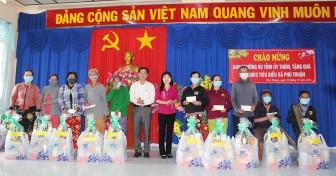 30 hộ nghèo tiêu biểu xã Phú Thuận được tặng quà Tết
