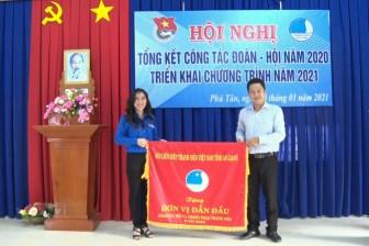 Hội LHTN Việt Nam huyện Phú Tân nhận cờ dẫn đầu công tác hội và phong trào thanh niên