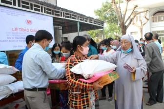 100 phần quà Tết đến với người khuyết tật và hộ nghèo xã Văn Giáo