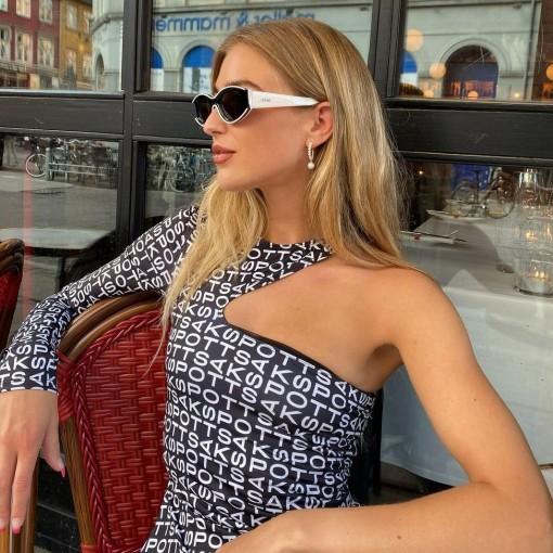 Áo lệch vai là điểm sáng của thời trang Xuân 2021