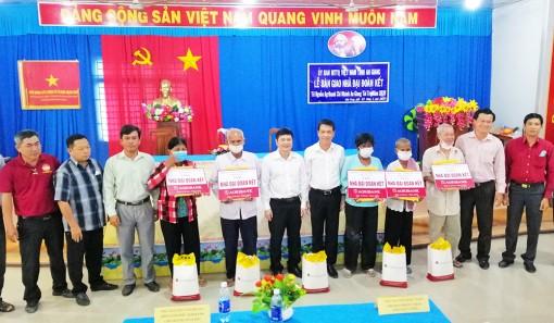 Bàn giao 5 căn nhà Đại đoàn kết cho hộ nghèo ở Tịnh Biên
