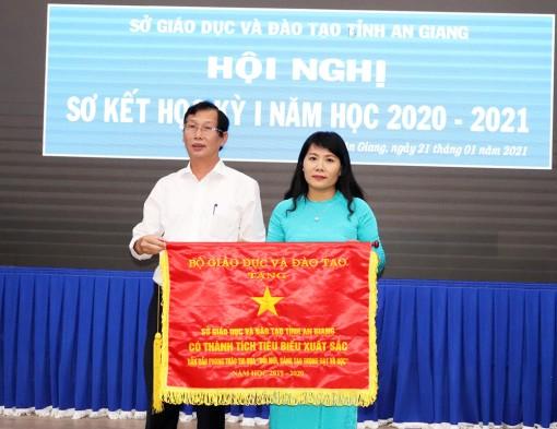 Sở Giáo dục và Đào tạo An Giang nhận cờ thi đua của Bộ Giáo dục và Đào tạo