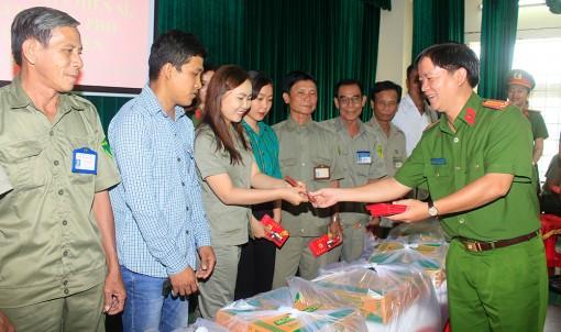 Công an TP. Long Xuyên tặng quà Tết  cán bộ, chiến sĩ, nhân viên lao động và các lực lượng làm nhiệm vụ