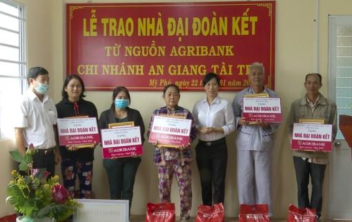 Trao 10 căn nhà Đại đoàn kết cho hộ nghèo 2 xã Mỹ Phú và Đào Hữu Cảnh