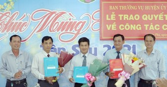 Huyện ủy Châu Phú trao quyết định điều động cán bộ