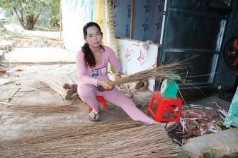 Làng nghề bó chổi cọng dừa vào vụ Tết