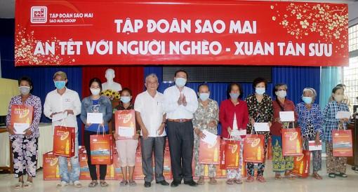 Tập đoàn Sao Mai trao quà Tết cho hộ nghèo, cận nghèo, có hoàn cảnh khó khăn