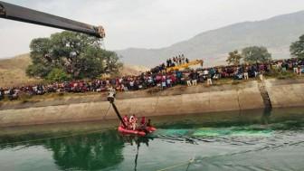 Ấn Độ: Xe buýt lao xuống kênh khiến hơn 30 người thiệt mạng