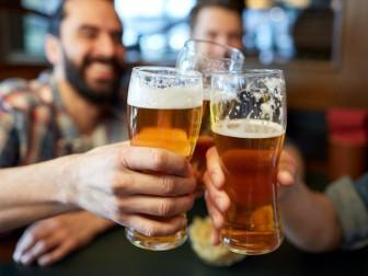 """Vì sao rượu bia được xem là """"kẻ thù"""" của lá gan?"""