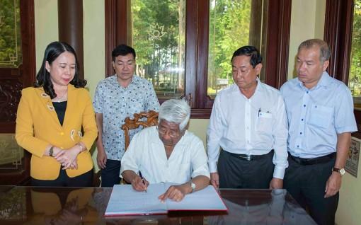 Đồng chí Phạm Thế Duyệt dâng hoa, dâng hương tưởng niệm Chủ tịch Tôn Đức Thắng