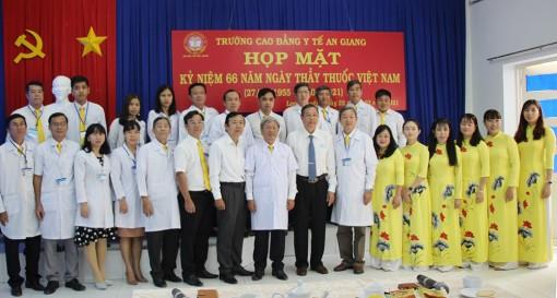 Phó Bí thư Thường trực Tỉnh ủy An Giang thăm và chúc mừng ngày Thầy thuốc Việt Nam 27-2