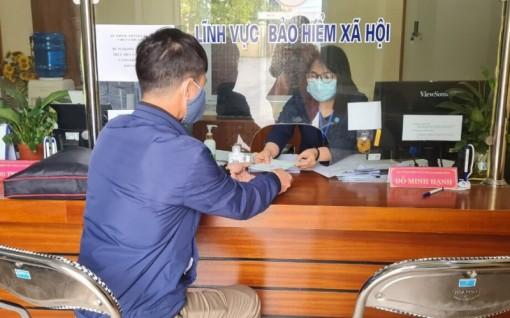 Chi trả gộp lương hưu, trợ cấp BHXH tháng 3 và 4 tại 13 tỉnh, thành phố