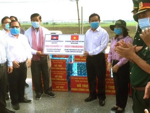 An Giang hỗ trợ 10.000 khẩu trang y tế, 20 chai dung dịch sát khuẩn tay cho bà con nghèo người dân tộc thiểu số Khmer gốc Việt ở Campuchia