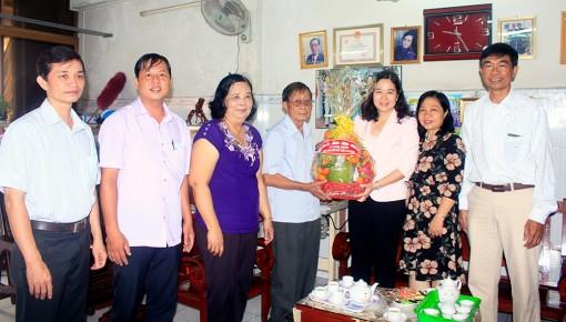 Thăm, tặng quà nguyên lãnh đạo ngành y tế TP. Long Xuyên nhân ngày Thầy thuốc Việt Nam
