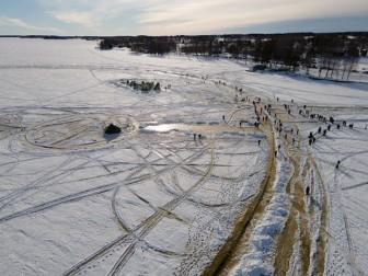 Đĩa băng xoay nhân tạo lớn nhất thế giới trên mặt hồ băng ở Phần Lan