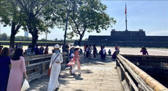 Mặc áo dài truyền thống dịp 8-3 được miễn vé tham quan di tích Huế