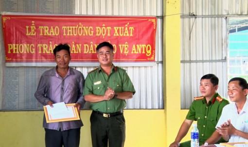 Khen thưởng 2 cá nhân tham gia bắt cướp ở Phú Tân