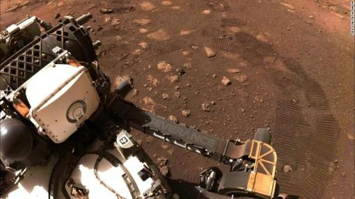 Tàu thăm dò của NASA lăn bánh lần đầu tiên trên Sao Hỏa