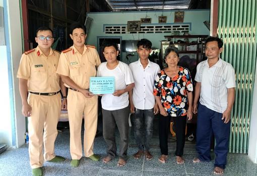 Trao tiền hỗ trợ cho em Nèang Xuân Khánh