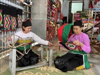Người phụ nữ Mường gìn giữ nghề dệt vải thổ cẩm truyền thống
