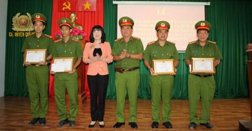 Khen thưởng Công an huyện Chợ Mới xuất sắc trong thực hiện cấp căn cước công dân gắn chíp điện tử