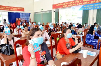 Phụ nữ ấp Hà Bao 1 tích cực vận động nhân dân tham gia bảo hiểm y tế