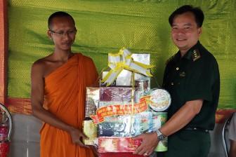 Bộ đội Biên phòng tỉnh An Giang chúc Tết cổ truyền Chol Chnam Thmay các điểm chùa trên địa bàn huyện Tri Tôn