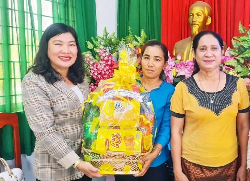 Tặng quà phụ nữ Khmer nhân dịp Tết cổ truyền Chol Chnam Thmay