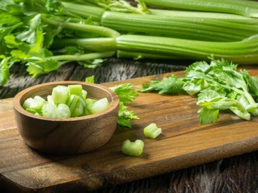 Lý do nhiều người uống nước ép cần tây để giảm cân